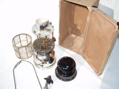 Lampe und Kiste