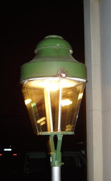 Gaslaterne tut, was sie soll: Straße beleuchten.