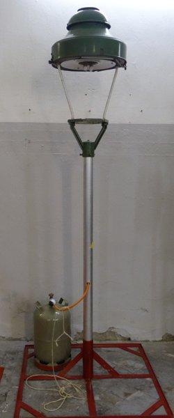 Gaslaterne mit Alumast und Bodenhalter.
