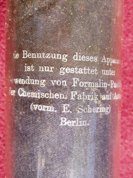 Zylinder mit Aufschrift, die an heutige Verkaufstechiken erinnert.